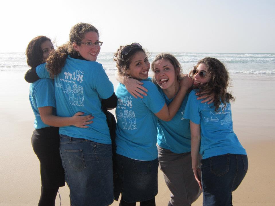 בנות גרעין אשדוד עם חולצות של הגרעין בים