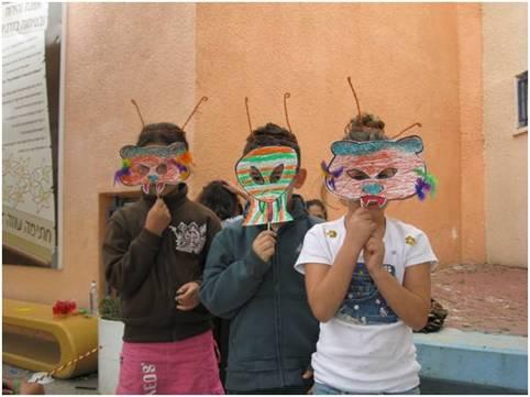 ילדי אשקלון עם מסכות שהכינו בפעילות של בגרעין לקראת פורים