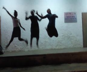 בנות גרעין רחובות בתמונה אומנותית- קופצות בחושך