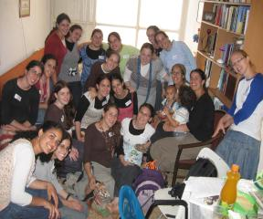 בנות גרעין נתניה בתמונה קבוצתית אחרי אורייתא