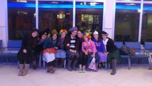 בנות שירות בגרעין רוח אביב עם אביזרי פורים בתחנה מרכזית