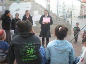 בת שירות מגרעין יחד בית שמש מעבירה פעילות לילדי השכונה