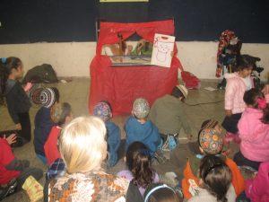 בנות גרעין צופיה בנתניה מעבירים הופעת תאטרון בובות לילדי השכונה.