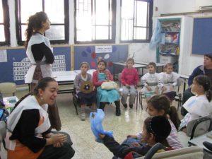 בנות גרעין אור יהודה מעבירות פעילות לקראת חנוכה בכיתה