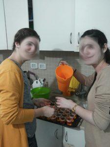 2 בנות שירות באולפנת דולב מוזגות מיץ