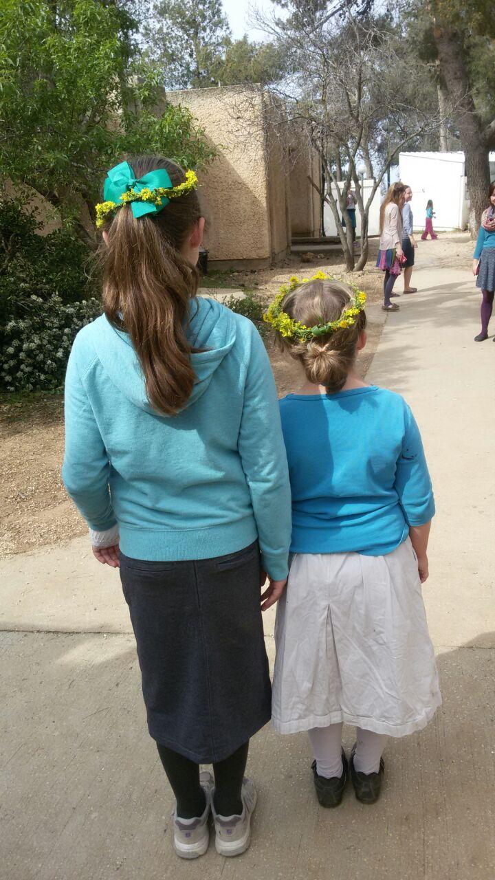 2 תלמידות מבית ספר ראשית