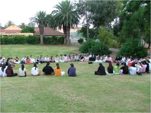בנות גרעין יד בנימין יושבות במעגל על הדשא בפעילות עם הרכזת