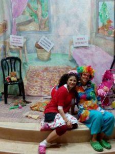 בנות שירות של מדרשת שהם מחופשות ומוכנות להצגה