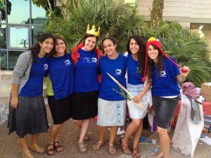 """בנות שירות של """"עם ישראל אחד"""" בחולצות אחידות ואביזרי פורים"""
