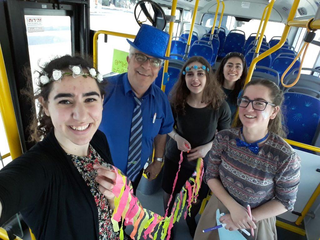 בנות גרעין הדר מקשטות אוטובוס לכבוד פורים