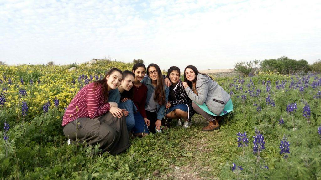בנות גרעין יחד בפעולה