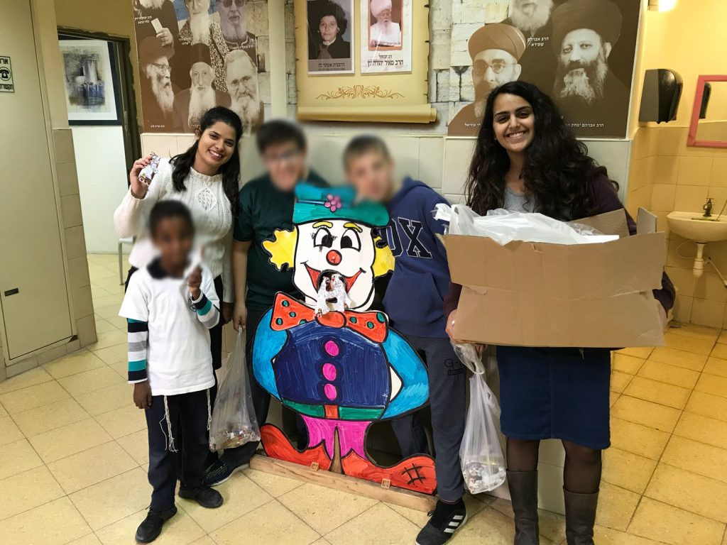"""בנות השירות של בי""""ס נועם נריה עם תלמידים מבית הספר בפורים"""