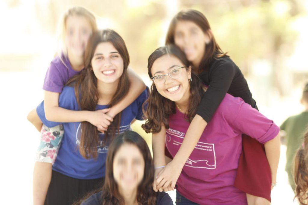 """ילדי בי""""ס קול יעקב עם בנות השירות בטיול"""