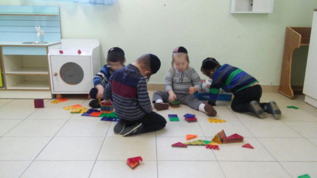 ילדי גן פתחיה משחקים בגן