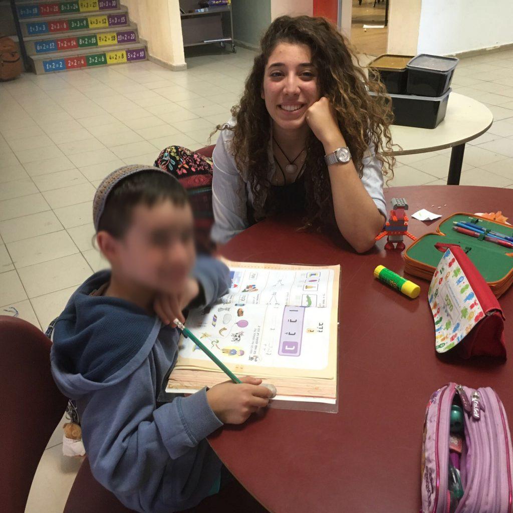 ילדי בית ספר אריאל לומדים ונהנים עם בנות השירות