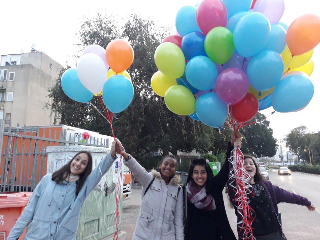 """בנות השירות של ממ""""ד תחכמוני רחובות בדרכן לקשט את בית הספר בבלונים לכבוד חודש אדר"""