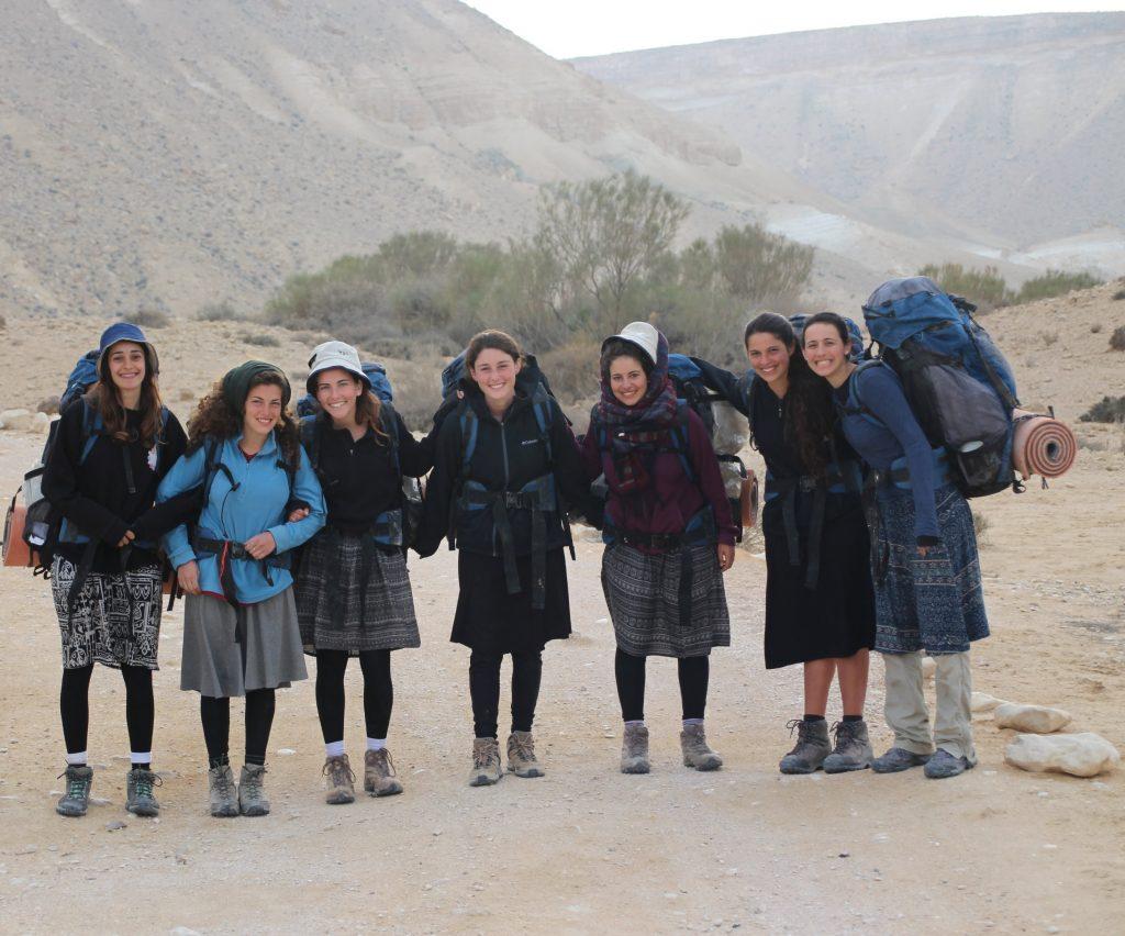 בנות השירות של מלח הארץ בטיול
