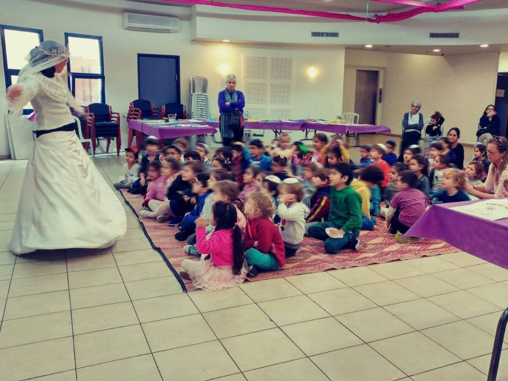בת שירות של מרכז לזהות יהודית גבעתיים מעבירה פעילות לילדים