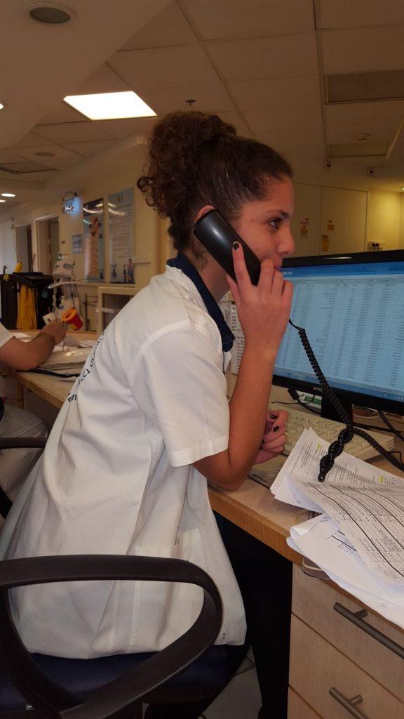 בת השירות של מסייע רפואי מדברת בטלפון