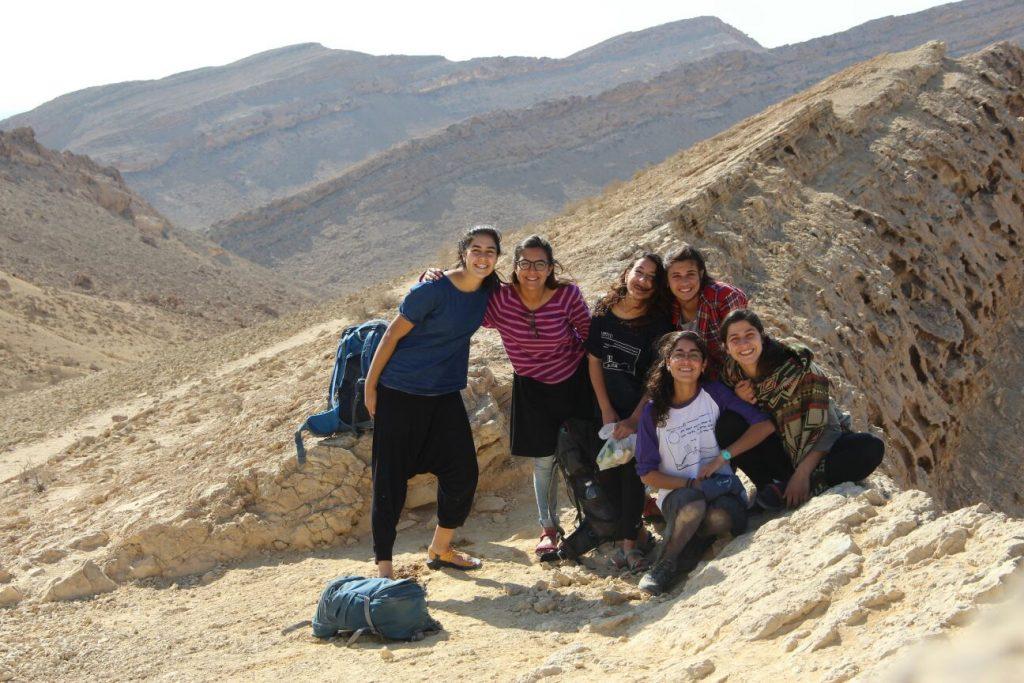 בנות השירות של מדרשת ביחד בטיול