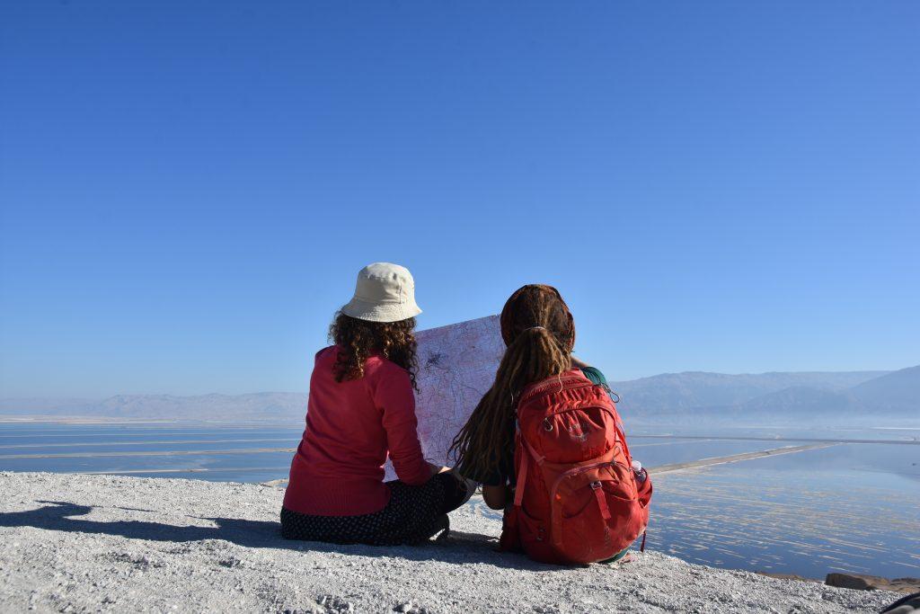 בנות המדרשה לומדות את המסלול בעזרת המפה