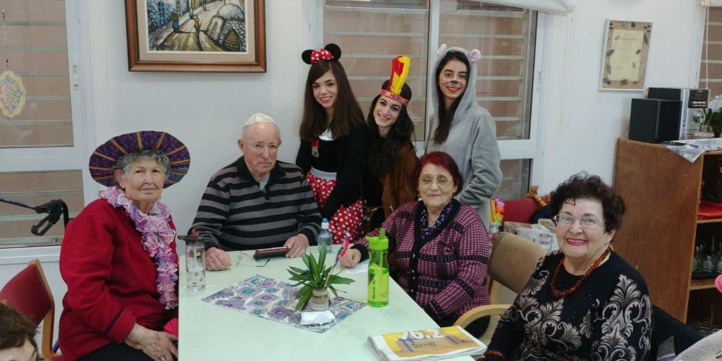 בנות השירות והקשישים של פרויקט והדרת גבעת שמואל