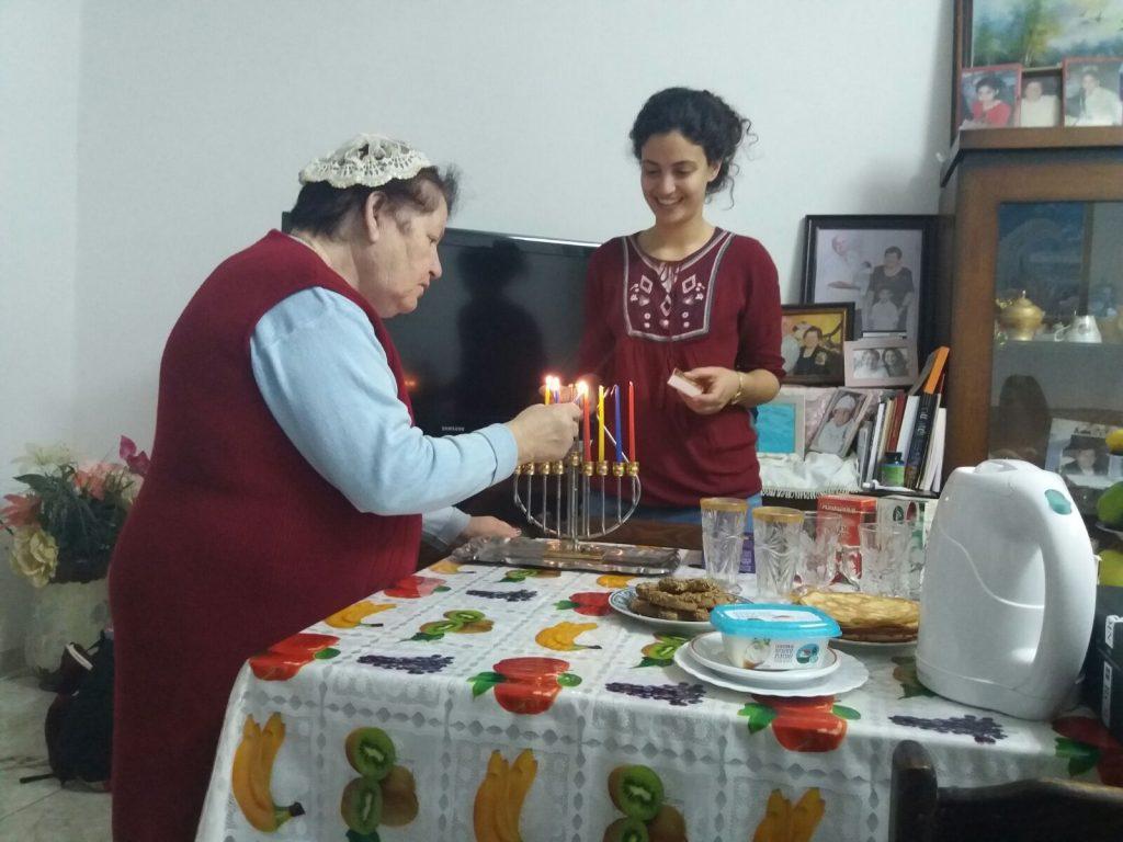 בת שירות של והדרת תל אביב עם קשישה בהדלקת נרות