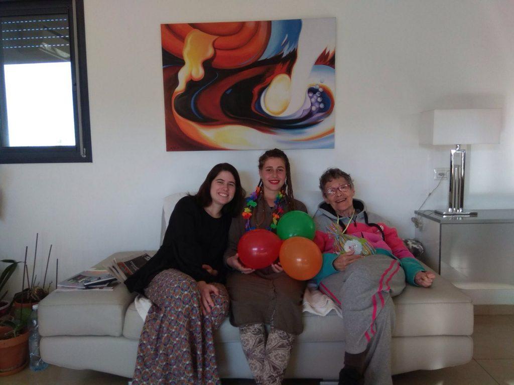 בנות שירות של והדרת צפת בביקור אצל קשישה