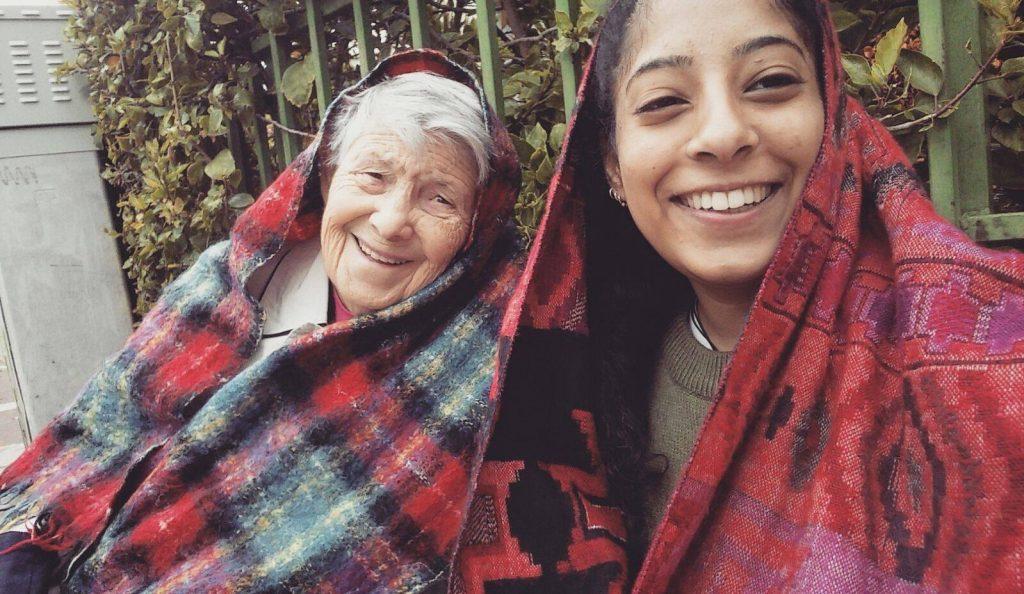 בת השירות והקשישה נהנות לשבת יחד בגינה-פרויקט והדרת רחובות