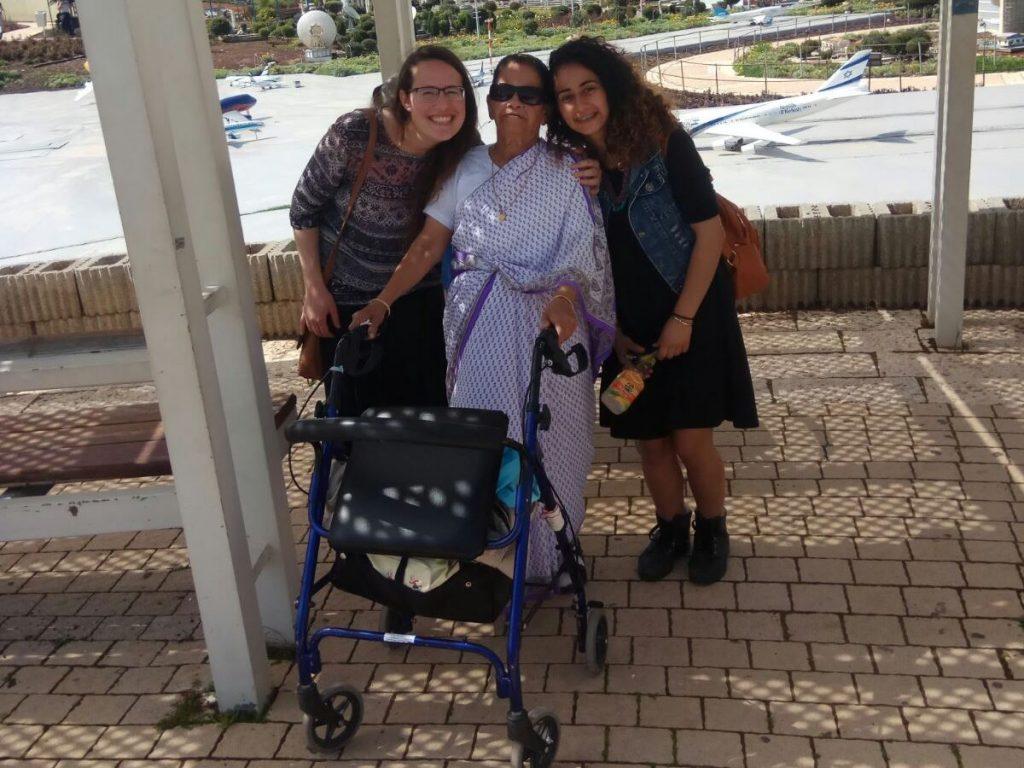 בנות השירות של והדרת ירוחם עם קשישה בטיול