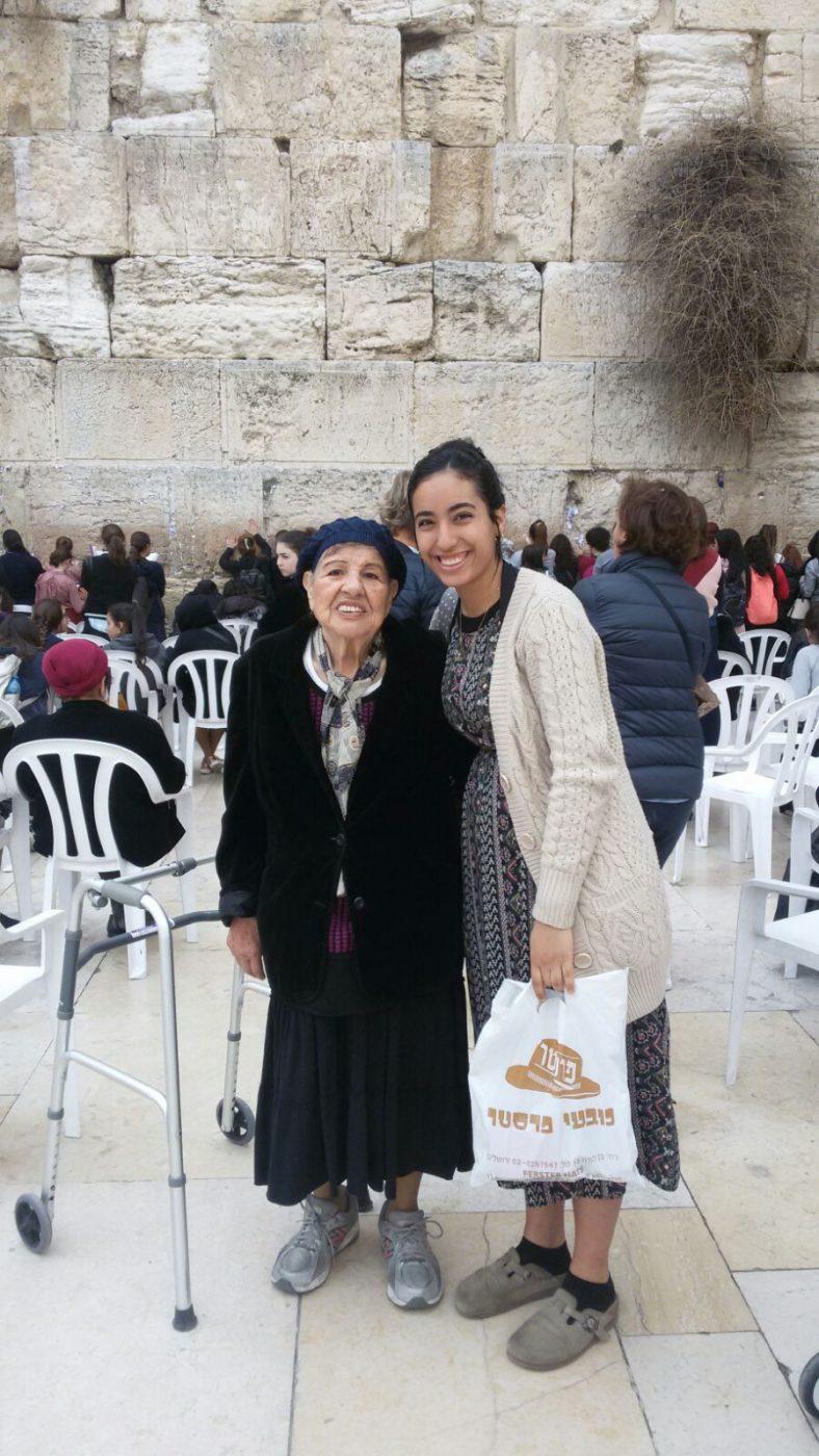 בת שירות של והדרת ירושלים עם קשישה בכותל