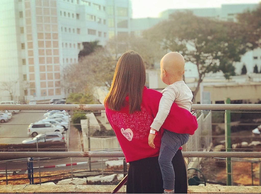 בת שירות של רחשי לב עם ילדה חולה