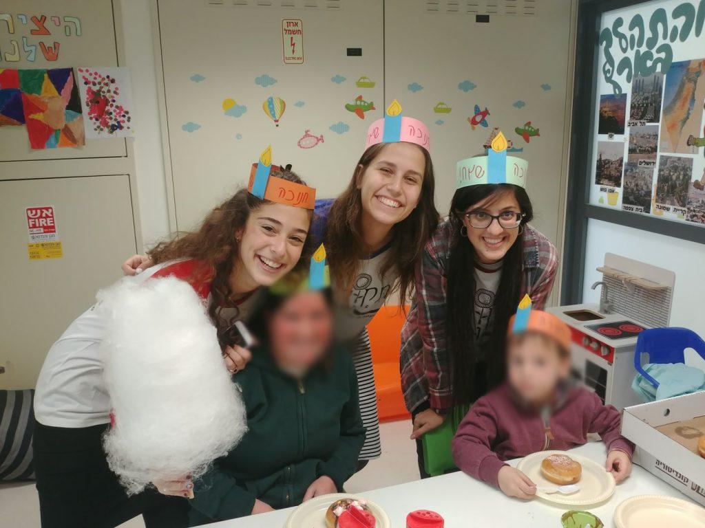 בנות השירות של תקווה ומרפא עם חניכות מאושפזות בפעילות לחנוכה