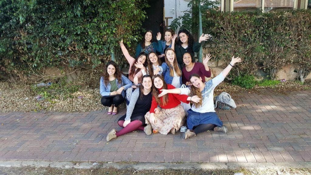 בנות השירות של אולפנת אמנה בתמונה קבוצתית