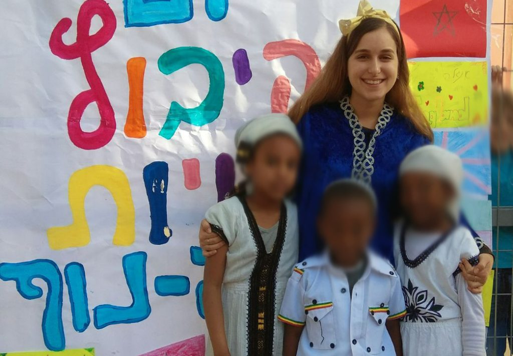 בת השירות של יפה נוף עם תלמידי הבית ספר ביום קיבוץ גלויות