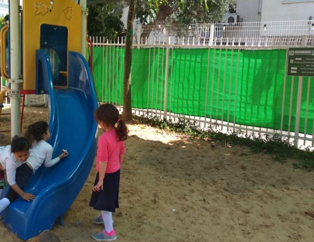 ילדי הגן משחקים בחצר