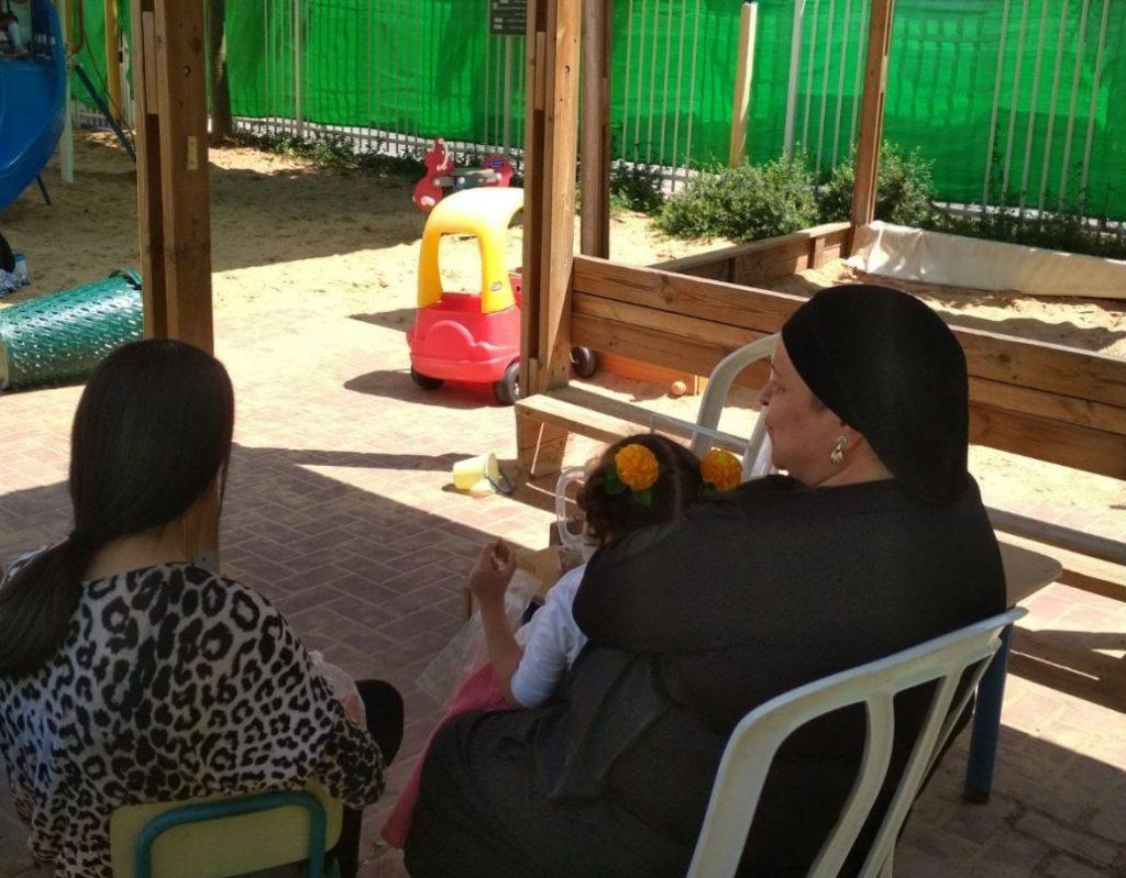 ילדי הגן, בת השירות והגננת בחצר הגן