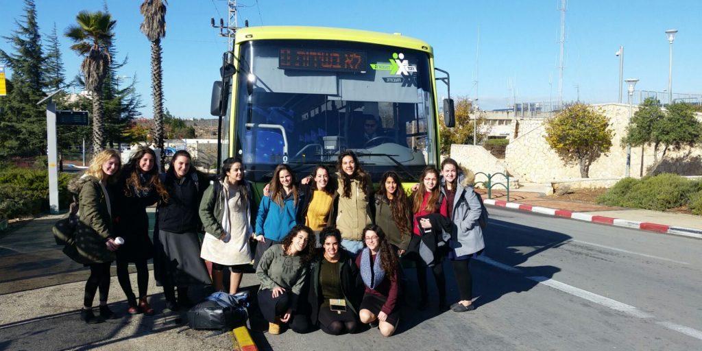 בנות השירות שלנו נוסעות באוטובוס
